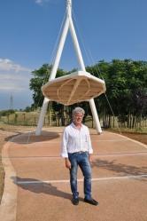 L'architetto Maurizio Bellomia con il portale da lui ideato