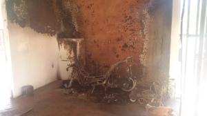 I resti dello scooter divorato dalle fiamme