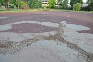 Il fondo disastrato del campo di basket
