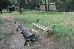 Una panchina semidistrutta nel parco