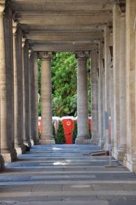 In fondo al colonnato, una sorpresa...